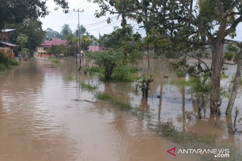 Walau mulai surut, masyarakat Muaro Paneh khawatir banjir datang lagi