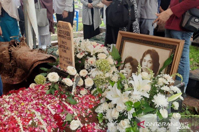 Jenazah istri Chrisye Damayanti Noor dimakamkan satu liang dengan suami