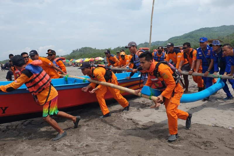 Tim SAR gabungan cari wisatawan tenggelam di Parangtritis