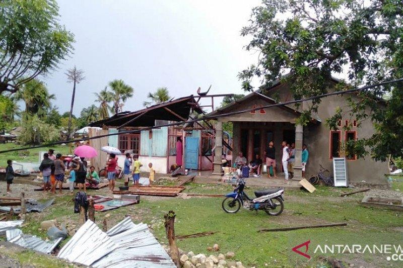 Angin puting beliung menghancurkan belasan rumah di Malaka NTT