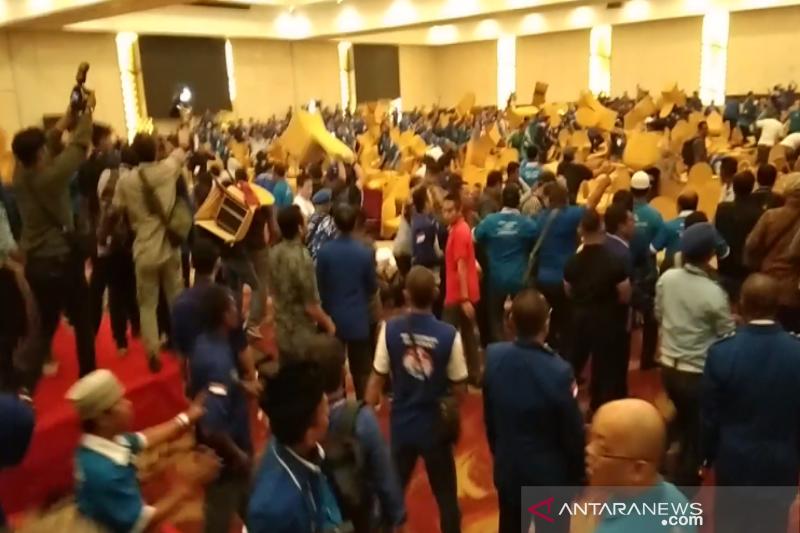Kubu Mulfachri-Zulkifli saling lempar kursi di ruang sidang kongres ke V PAN