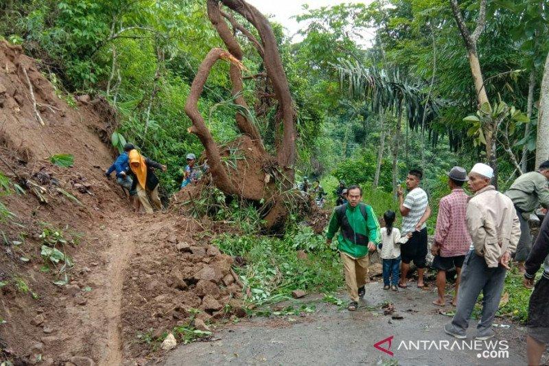 Jalan utama Pasir Kuda-Cianjur terputus akibat longsoran tanah