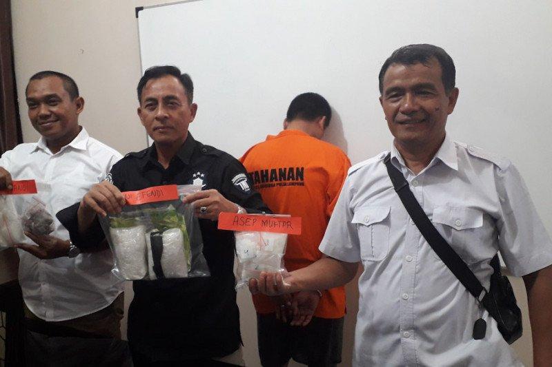 Polda Lampung tangkap tersangka saat akan kirim satu kilogram sabu-sabu