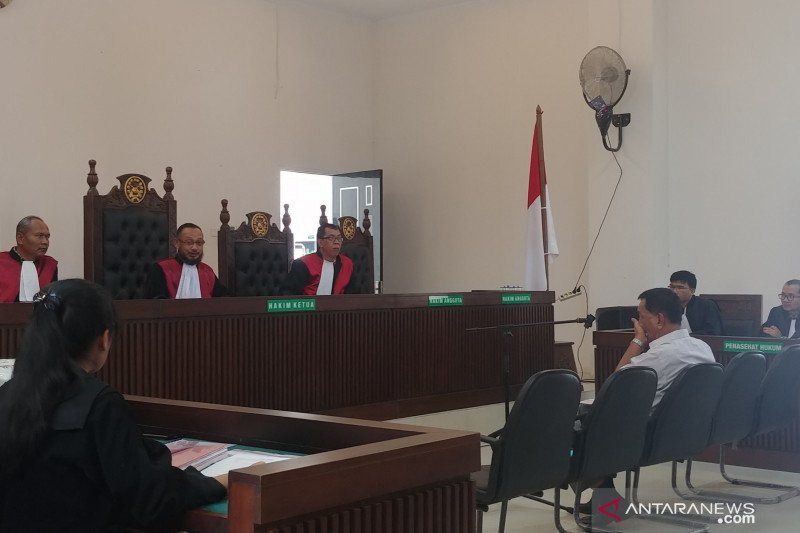 Wakil Bupati Pessel menangis membacakan pembelaan di Pengadilan Padang