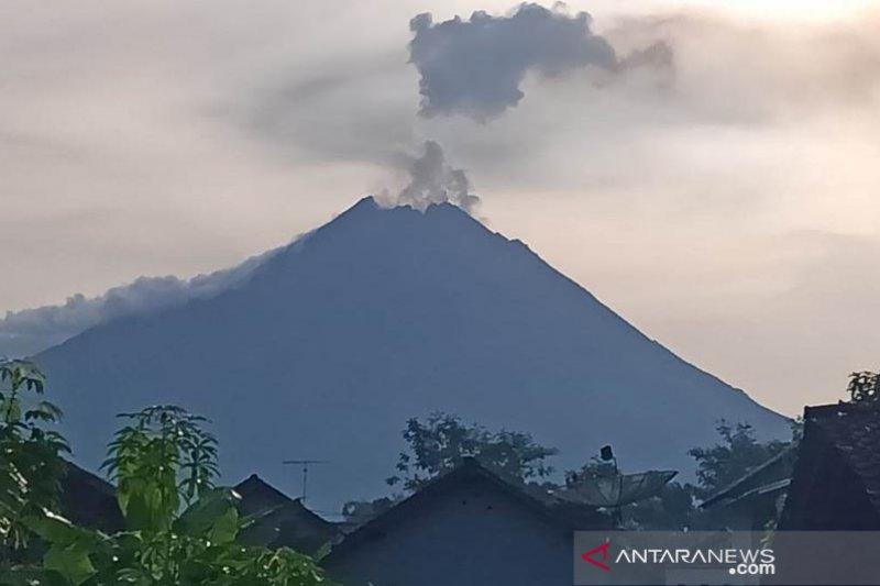 Warga sekitar lereng Gunung Merapi beraktivitas normal pascaerupsi
