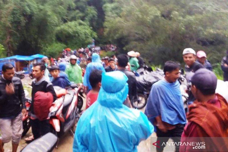 Longsor dan banjir tutup akses jalan ke Talang Babungo, masyakarat sempat terjebak beberapa jam