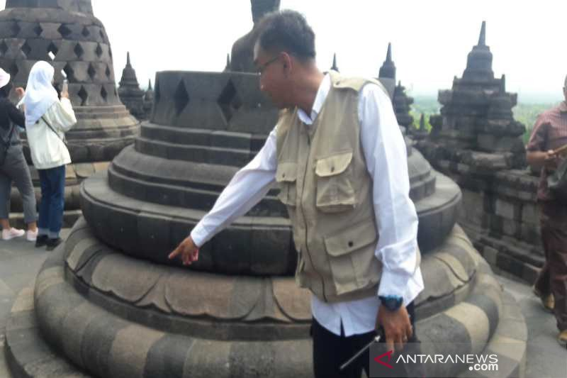Ribuan permen karet menempel di batuan Candi Borobudur