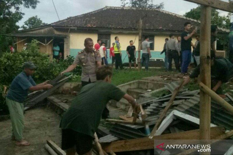 BPBD Cianjur dirikan tenda darurat untuk kelas di madrasah ambruk akibat puting beliung