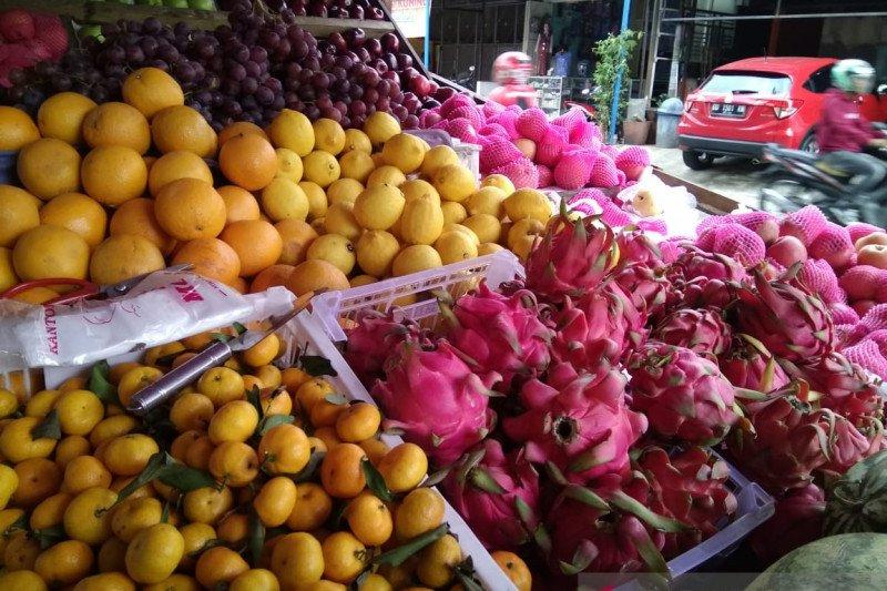 Dampak virus corona picu penjualan buah impor di Makassar menurun