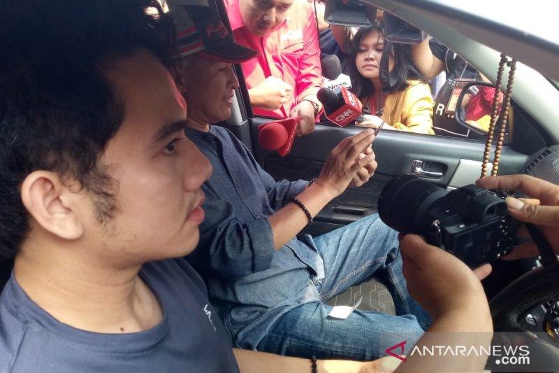 Keluarga WNI pascaobservasi corona berdatangan ke Bandara Halim Jakarta