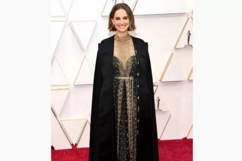 Ada apa jubah Natalie Portman di Oscar ?