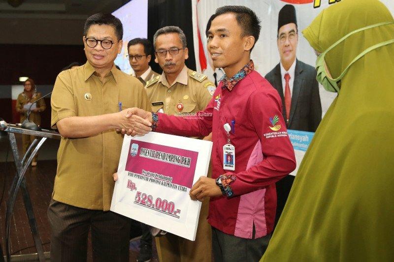 Beri Motivasi, Gubernur Serahkan Insentif untuk Pendamping PKH