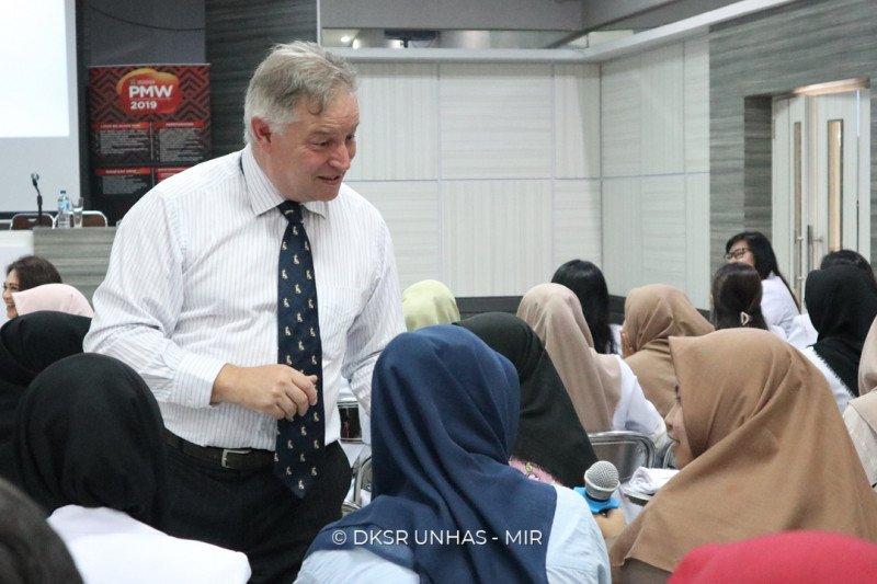 Pakar Australia bagi ilmu bedah kraniofasial di Unhas Makassar