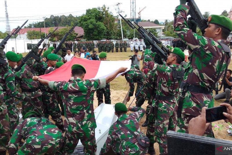 Jenazah Sertu Anumerta Ikrar Setya Nainggolan dimakamkan di TMP Sorong