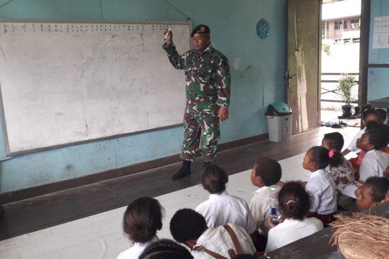 Prajurit TNI bantu kegiatan belajar mengajar siswa SD di Mamberamo Raya Papua