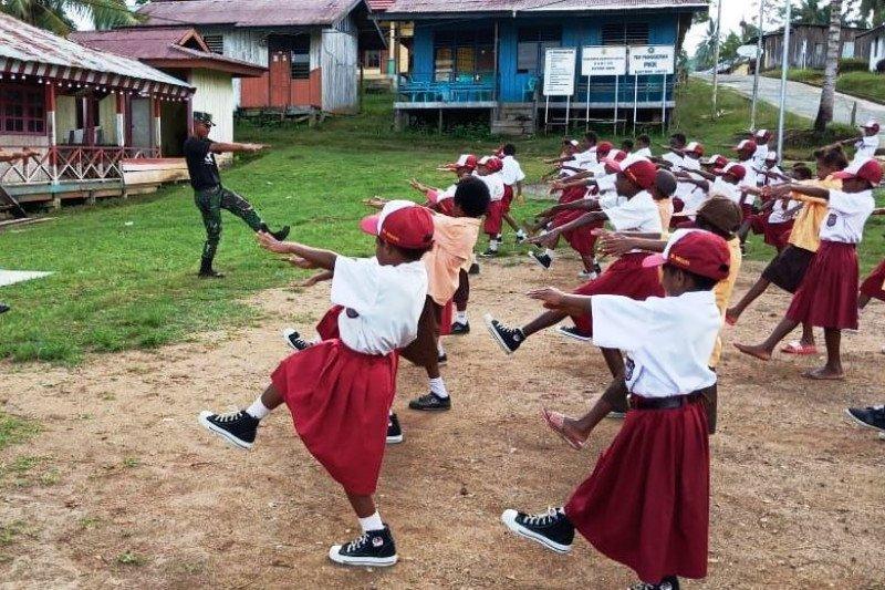 Prajurit TNI ajarkan  senam kesegaran jasmani siswa SD Kampung Yabanda Keerom