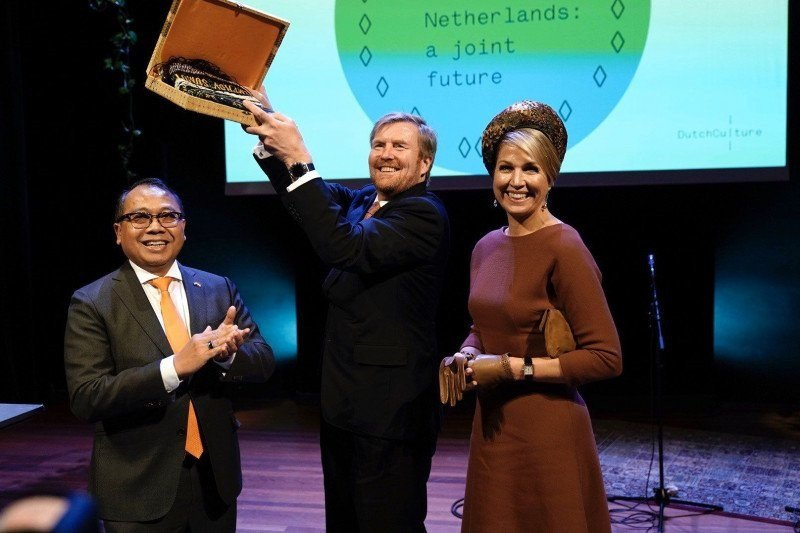 Raja Belanda Willem-Alexander dihadiahi ulos