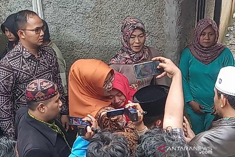 Bupati Ade Yasin peluk erat remaja yang ditinggal tewas sekeluarga di Bogor
