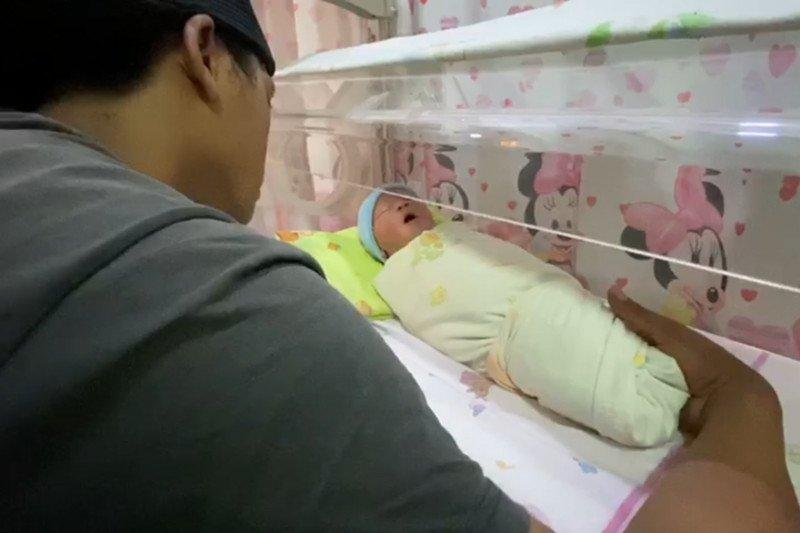 Petugas Dilantas Polda Metro bantu ibu hendak melahirkan