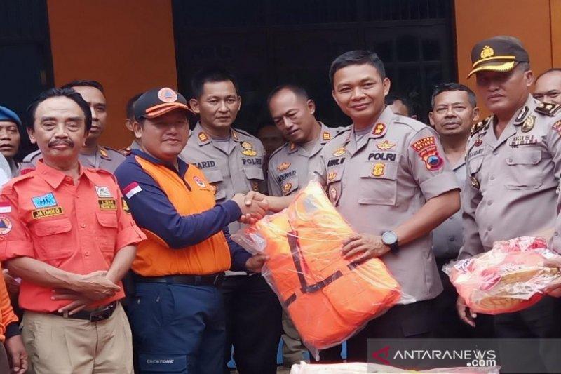 Polres Batang serahkan bantuan peralatan penanganan banjir kepada BPBD
