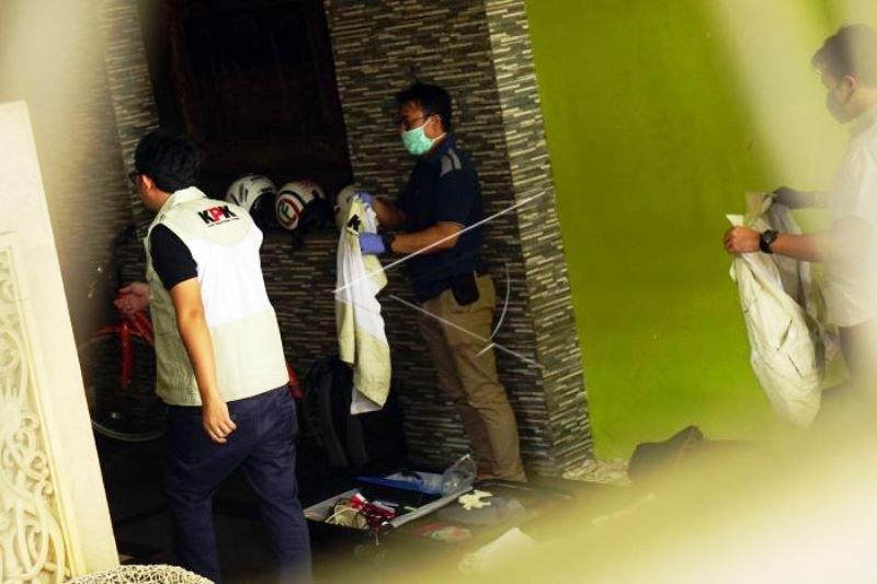 KPK Geledah Rumah Pengusaha di Tulung Agung