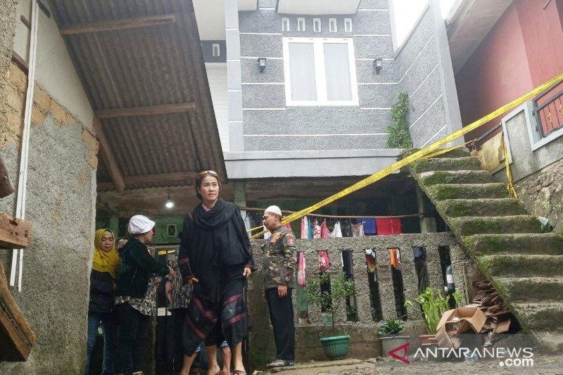 Satu keluarga tewas tertimbun longsor saat terlelap
