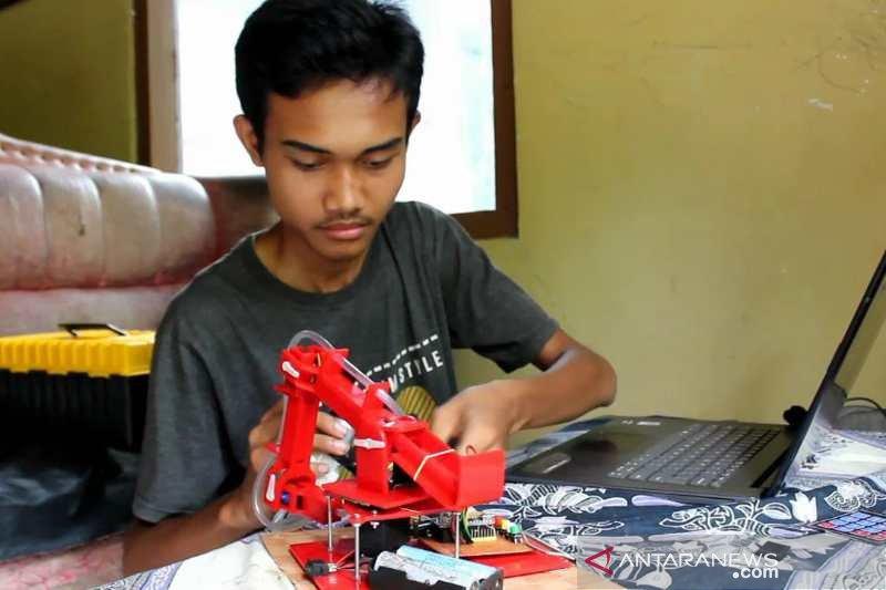 Demi ibunya, remaja Purworejo ciptakan robot telur dadar