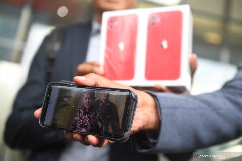 MAKI serahkan iPhone 11 dan laporan aset diduga milik Sekretaris MA Nurhadi
