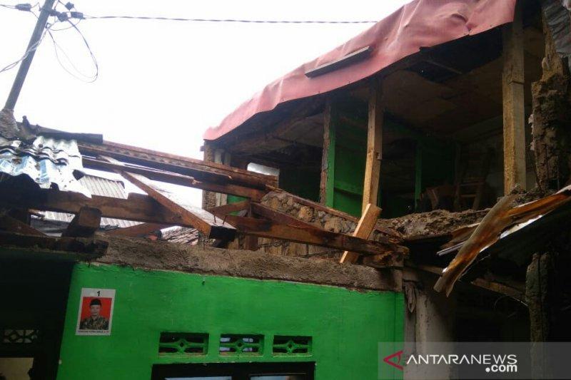Penghuni rumah selamat saat atap rumah ambruk