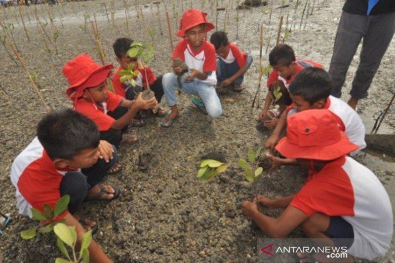 Pelajar tanam pohon mangrove di Pesisir Pantai Teluk Palu