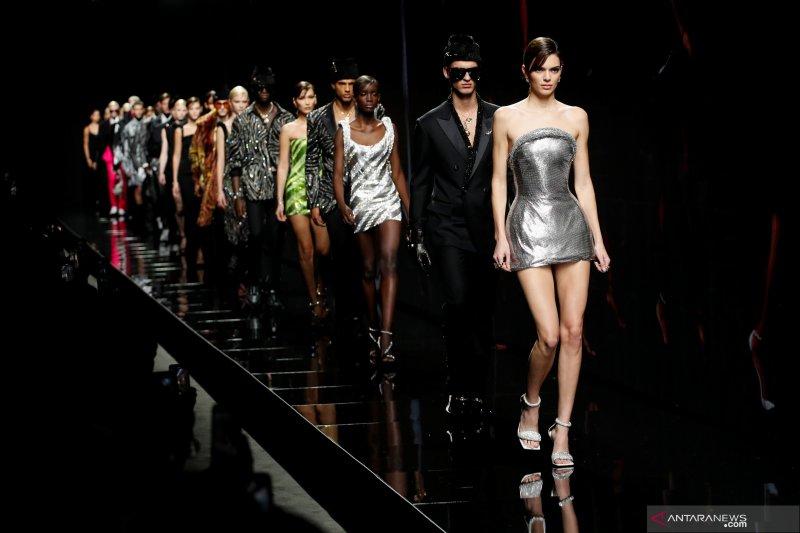 Rumah mode Versace tampilkan kesetaraan gender di pekan mode Milan