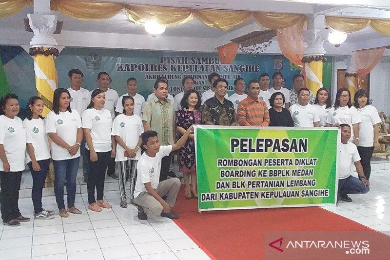 Disnakerda Sangihe berangkatkan peserta Diklat Medan dan Lembang