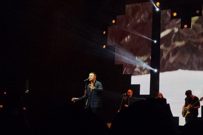 Tulus tampil membawakan lagu pilihan fans di Love Fest 2020