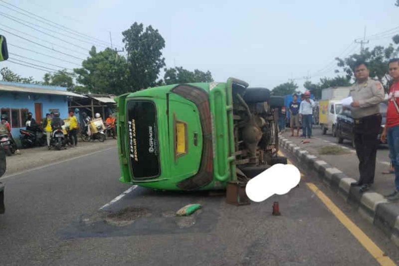 Minibus elf terguling di jalur pantura Cirebon akibatkan seorang tewas
