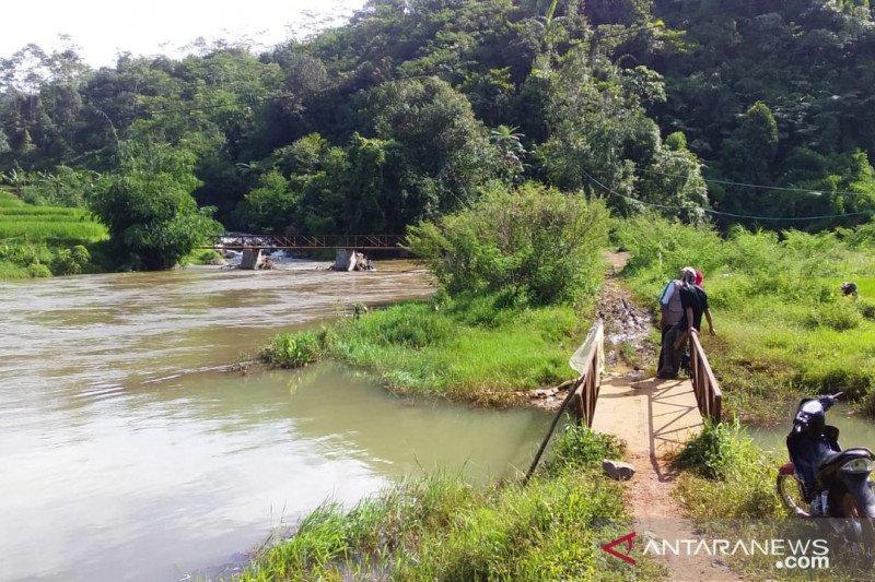 Tim Basarnas dan BPBD Cianjur lakukan metode sisir sungai cari balita terhanyut