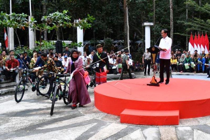 Presiden Jokowi Serahkan SK Perhutanan Sosial