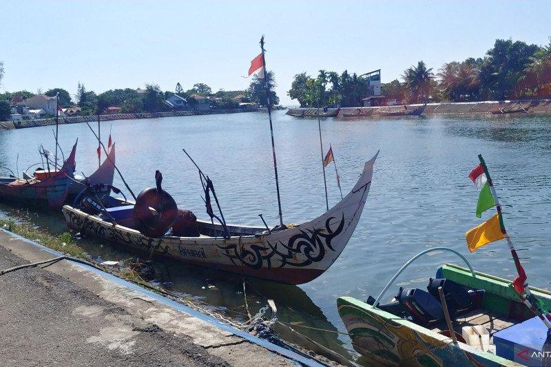 Nelayan tidak melaut karena angin kencang