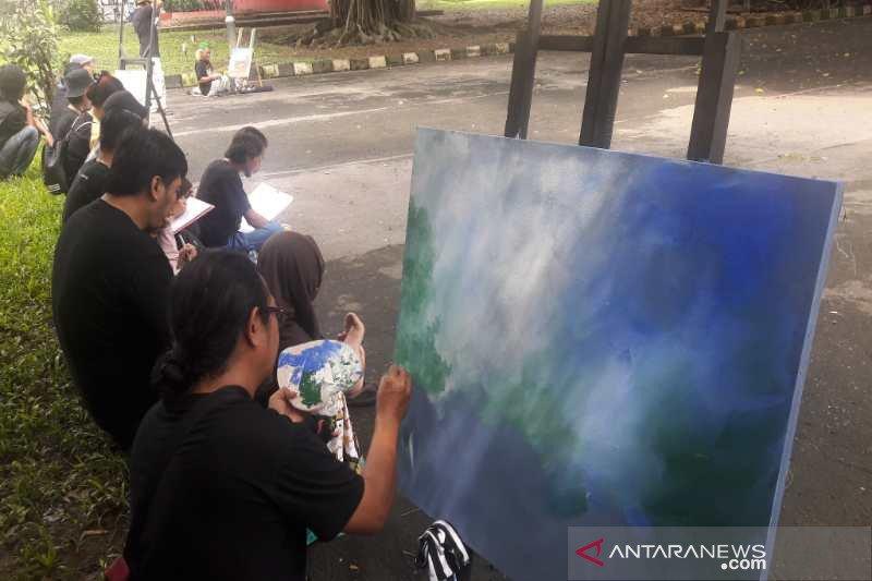 """Puluhan seniman melukis bersama """"Jiwa tak terbatas"""" di Temanggung"""