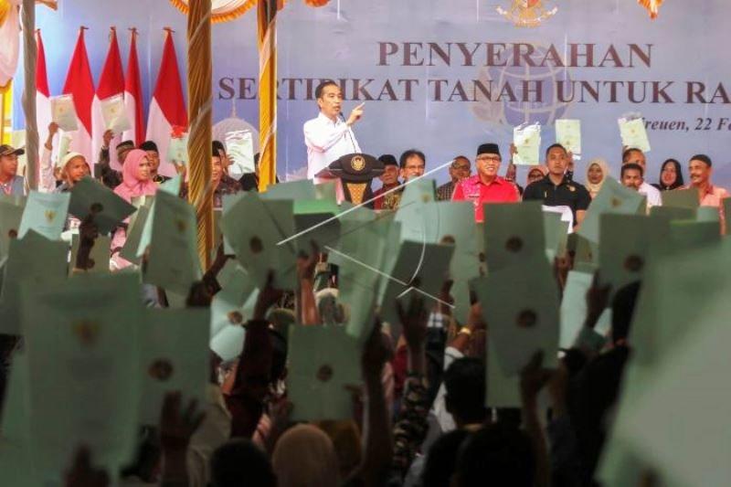 Presdien Jokowi Serahkan Sertifikat Tanah untuk Rakyat Aceh