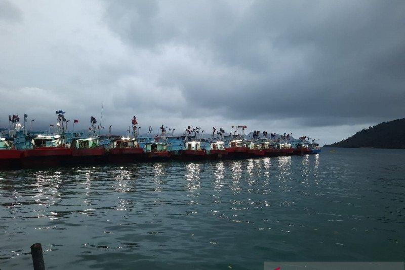 Nelayan Natuna tak melaut akibat gelombang  lima meter