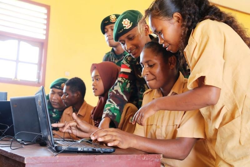 Prajurit TNI ajarkan ilmu dasar komputer siswa SMP Papua di perbatasan RI-PNG