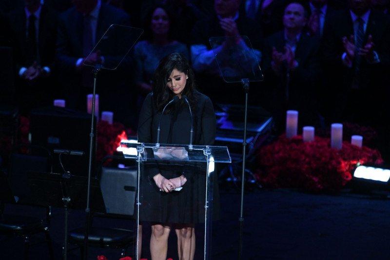 Kuras emosi, Vanessa terurai air mata pimpin memorial Kobe Bryant