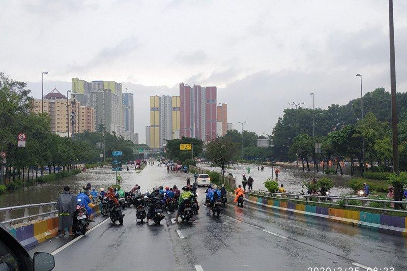 Banjir putus banyak akses menunju Monas dari bagian timur Jakpus