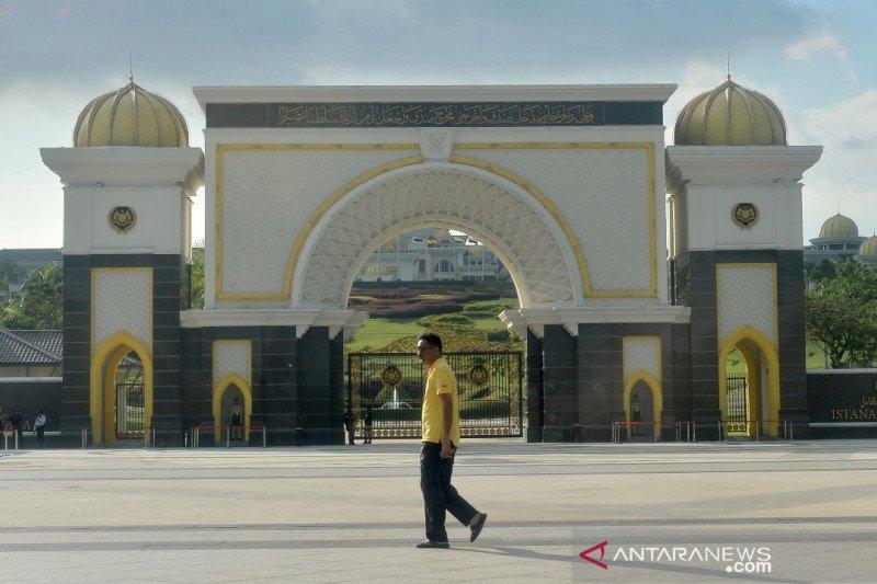 Ditunjuk sebagai perdana menteri sementara, Mahathir kembali berkantor di Putrajaya