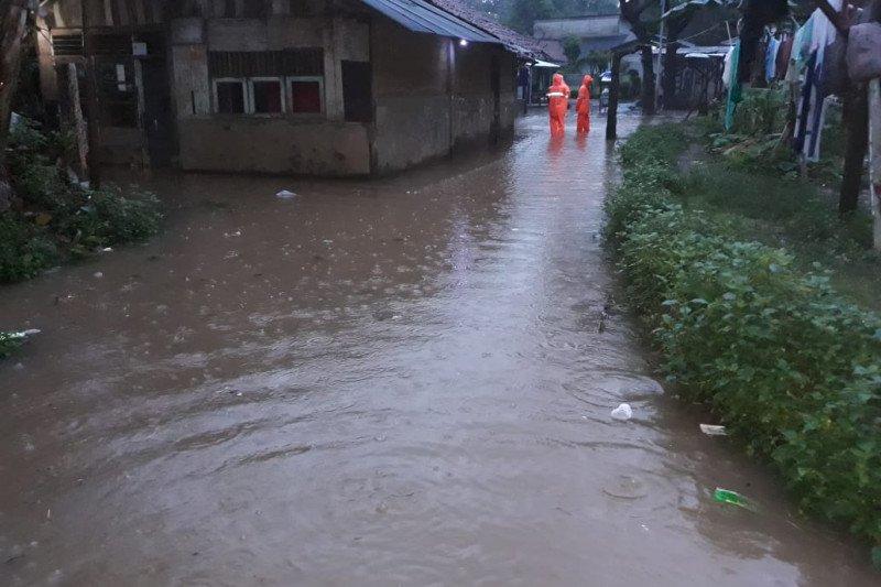 Hujan guyur Jakarta dari Senin malam hingga Selasa pagi, sejumlah wilayah tergenang