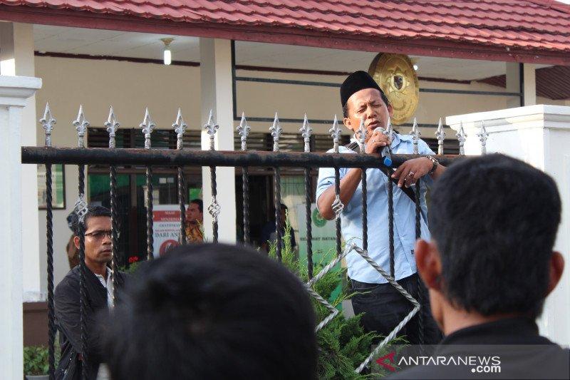 Massa bubarkan diri setelah dengar pernyataan Kuasa Hukum Kamarek