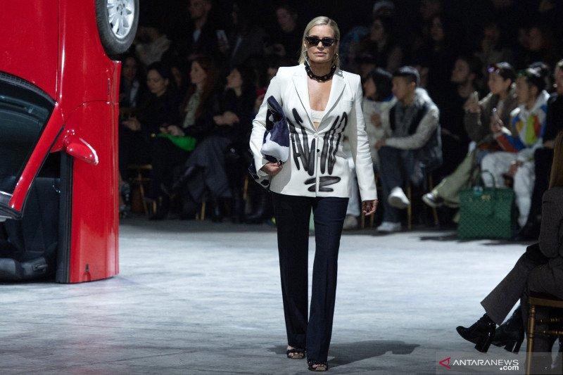 Yolanda Hadid ikut tampil di Pekan Mode Paris