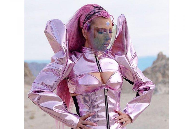Rinaldy Yunardi menggarap bandana untuk Lady Gaga di video klip terbarunya