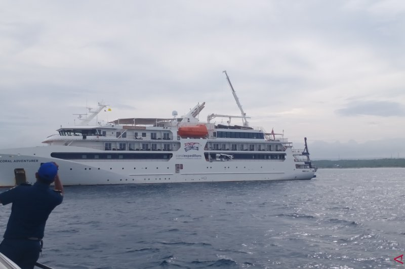 Kapal pesiar dari Australia berlabuh di perairan Kupang