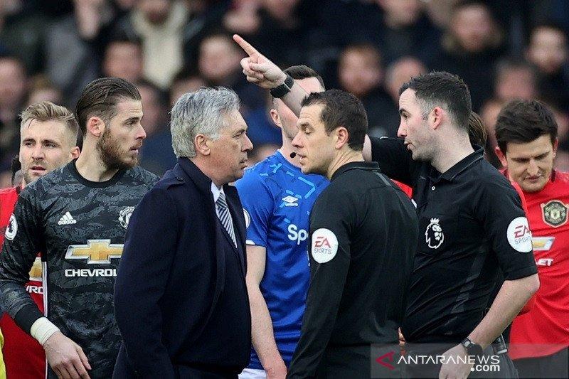 FA denda Ancelotti 8.000 pound karena protes wasit dengan murka